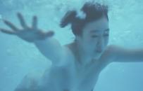全裸でプールに飛び込んだ彩乃