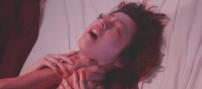 首を絞められているエミコ