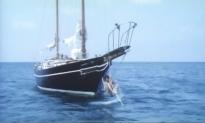 人のボートに登っている浩
