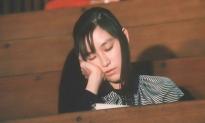 大学の講義中に居眠りをするミオ