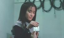 カセットテープを受け取るミオ