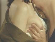 美智子の乳房を揉む