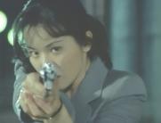 銃を発砲して近づく美英子