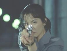 銃を向ける美英子