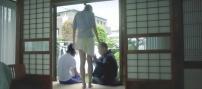 富美子のスカートを引っ張って下ろす