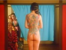 浴室で全裸になって背中の刺青を見せるお蓮