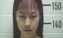 警察で写真を撮られている被害者の女子高生