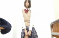 制服のスカートをめくっていく愛美