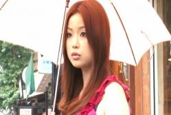 傘を差しているユミ