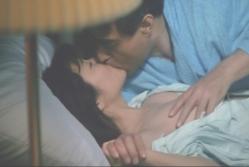 母の愛人にキスされながらブラを取られる涼子