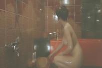 浴室で体を洗っている霞