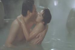 温泉で激しくキスする二人