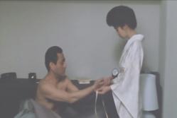 伊藤の腕を紐で縛る霞