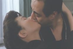 激しくキスする二人