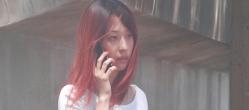 電話しているエミコ