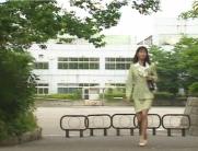 学校を出て行く真奈美
