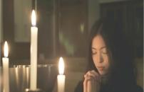 祈りを捧げるフランチェス子
