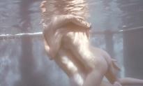水中で抱き合い
