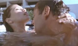 プールの中で抱き合うローズとビル