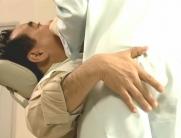 梨沙の尻を触る患者
