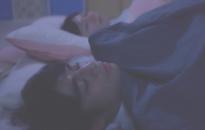 ヒナと添い寝する矢代