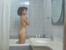 シャワーを浴びている
