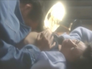 絵里子の乳房を揉んでいる田上