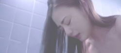 浴室で泣く富美子