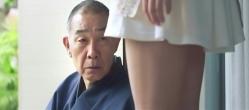 富美子の足をマジマジと見る塚越