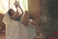 パンツ見せながら本を見ている夏生