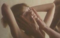 ローラの顔を触る