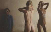 ポールの前で裸になったローラ