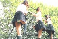 パンチラしているケンタの同級の女子高生