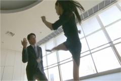 眞子の回し蹴りが浅岡部長に飛ぶ