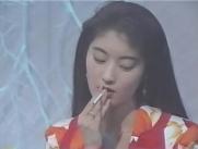 タバコを吸う柘茉莉子