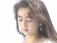 幼い頃の絵を見ている幸子