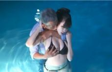 プールに入って紗弓の胸を揉む