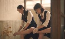 友人と二人、自宅風呂場で足を洗うめぐみ