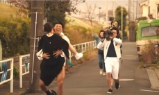 走りながら屋外で撮影する村西たち