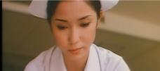 患者の包帯を解いている京子