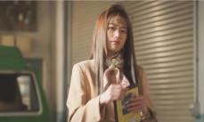自分の流出した裏ビデオを取り出す奈緒子