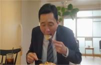 パンケーキをほお張る五郎