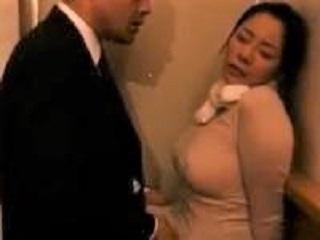 赤子に母乳を与える熟女の姿がエロティシズム。欲情した男と欲求不満の女が交じり合っての発情セックス