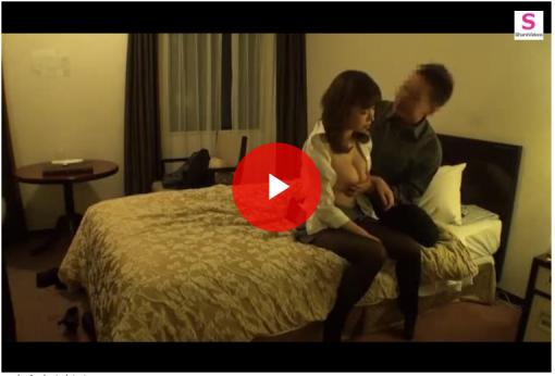 【個人撮影】爆乳デカ乳首の美人女上司と出張先のホテルで同部屋となりハメ撮りを敢行する男性!
