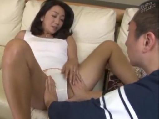 四十代になっても益々お盛んな熟女ママが息子を誘惑して淫らなSEXで絶頂アクメしてしまう!