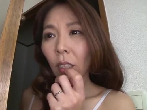 【近親相姦】エロ本見ながらシコシコしてる息子を目撃した熟女ママが我慢できずに欲情SEX!矢吹京子