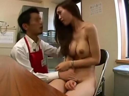 【盗撮】万引きした人妻が魅力的なスレンダー巨乳美熟女だったので裏交渉で折檻レ●プする店長!