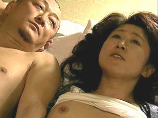 [ドラマ]娘の入院中に婿を誘惑し寝取る五十路の母…一晩で8回出来る絶倫の婿のサオに突かれて虜になる淫乱な高齢熟女の痴態…