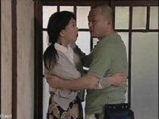 【ヘンリー塚本】夫が出かけた瞬間庭師の男と肉欲の交じり合いをする淫乱熟女奥様