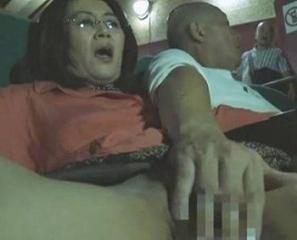 四十路独身女の卑猥な趣味、ポルノ映画館で見知らぬ男と性行為、閉経熟女痴女行為!